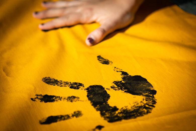 Foto eines schwarzen Handabdrucks auf einem gelben Stoff, daneben ist die Hand und macht einen zweiten Abdruck. Werden Sie Teil der Campact-Bürgerbewegung und abonnieren Sie jetzt unseren Newsletter