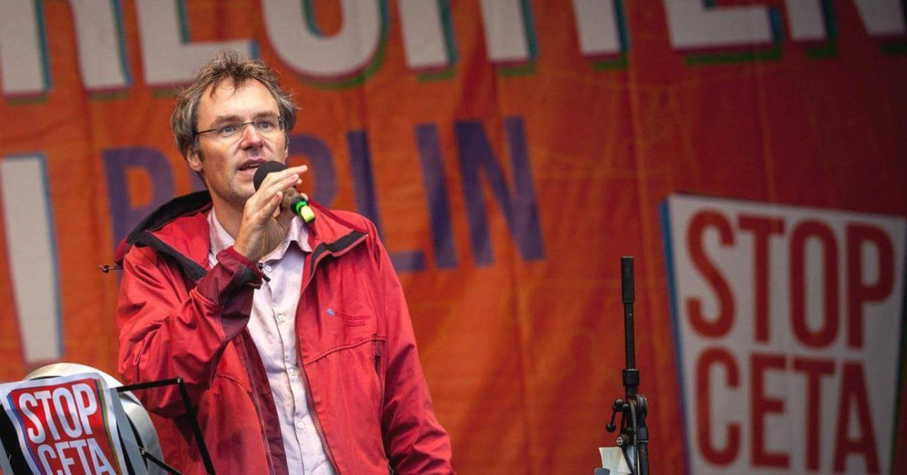 Campact-Vorstand Christoph Bautz hält Rede gegen TTIP & CETA auf Demo-Bühne in Berlin 2016