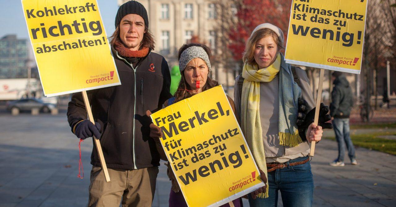 Drei Demonstranten protestieren mit Campact Schildern gegen Kohle 2016