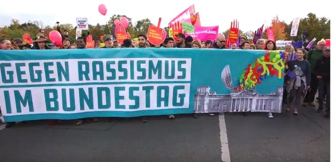 Am 24. Oktober ziehen Rechtsextreme der AfD zum ersten Mal in den Bundestag ein. Zwei Tage vorher demonstrierten 12.000 Menschen für eine bunte und weltoffene Gesellschaft.