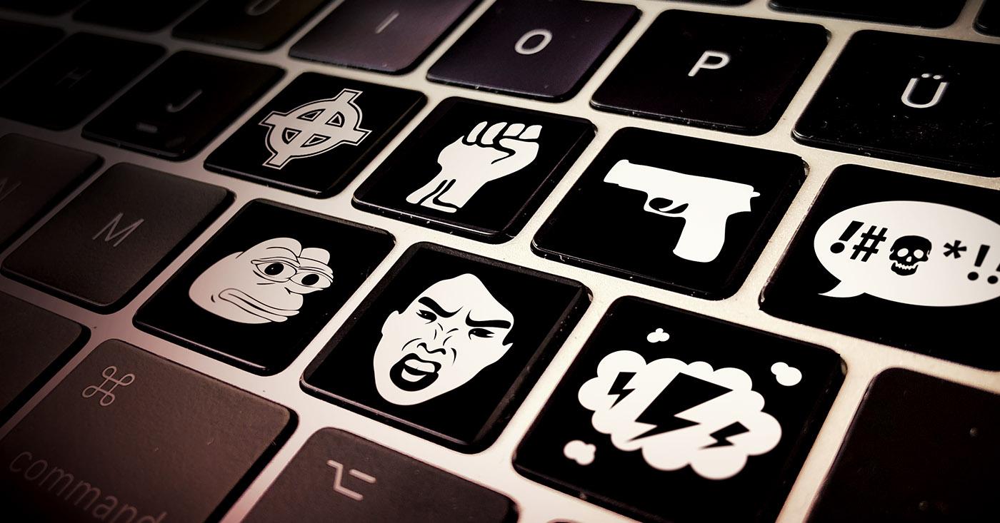 Kampagnenbild für Campact-Appell: Hatespeech im Netz stoppen - Schwarze Tastatur mit Tasten mit Hasssymbolen