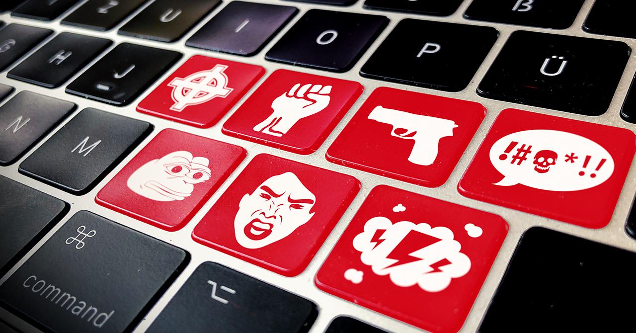 Kampagnenbild für Campact-Appell: Hatespeech im Netz stoppen - Schwarze Tastatur mit roten Tasten mit Hasssymbolen