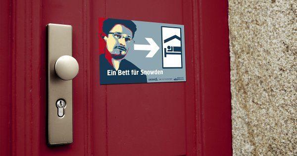 """Tür mit Türschild """"Eins bett für Snowden"""""""