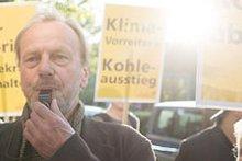 Mann mit Pfeife auf Demonstration für den Kohleausstieg
