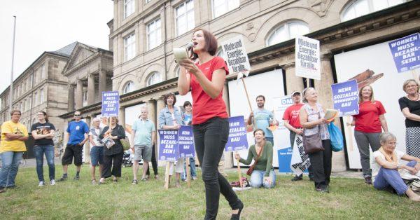 Menschen demonstrieren für bezahlbaren Wohnraum