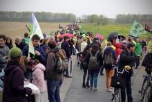 Bild eines Demonstrationszuges auf einer kleinen Straße
