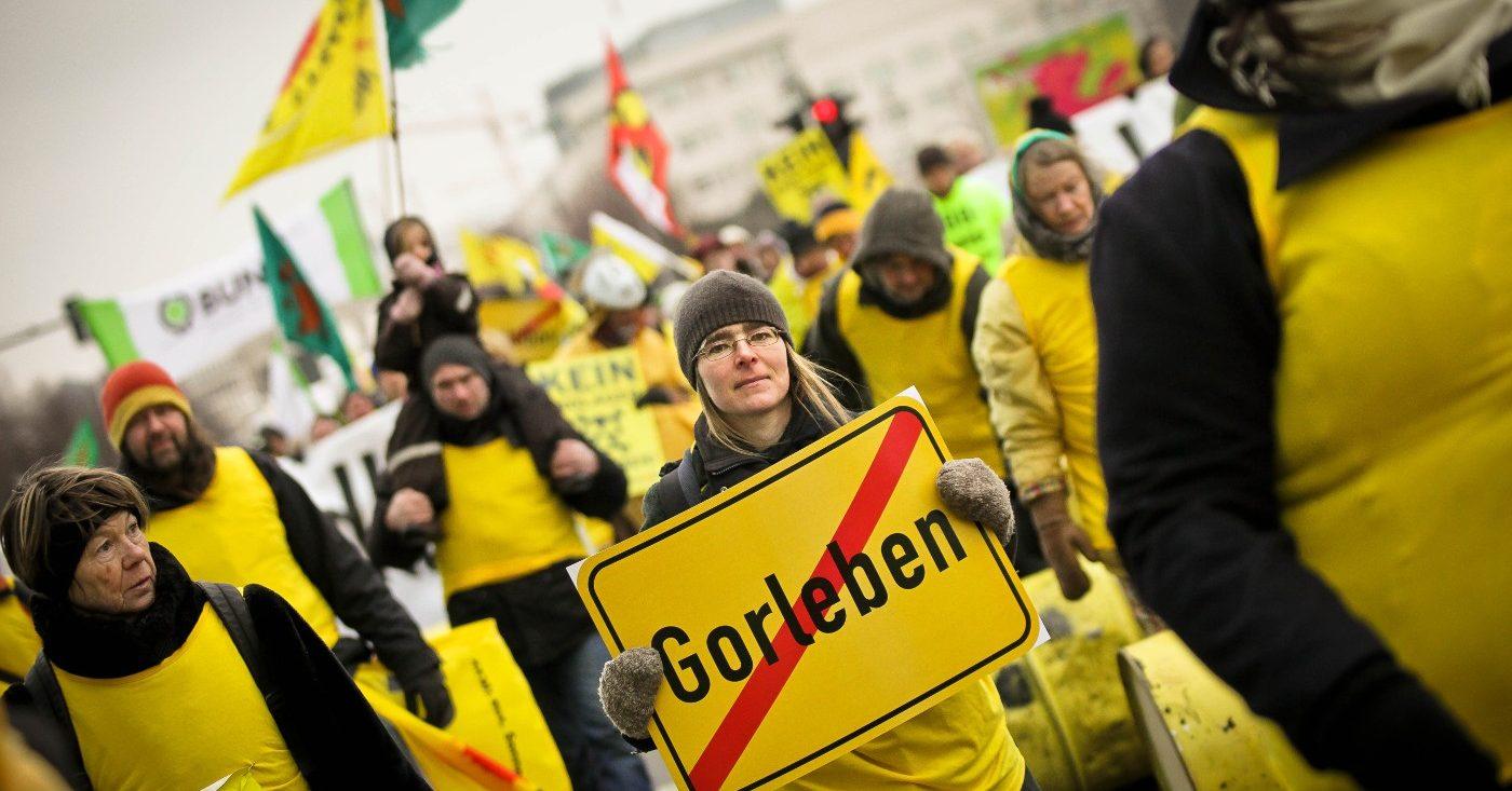 gelb angezogene Leute demonstrieren gegen ein Atommüll-Endlager in Gorleben