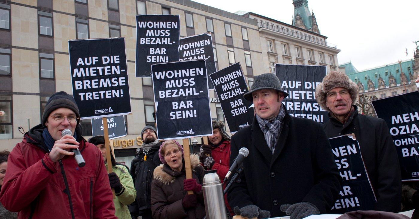 Menschen demonstrieren in Hamburg für bezahlbaren Wohnraum