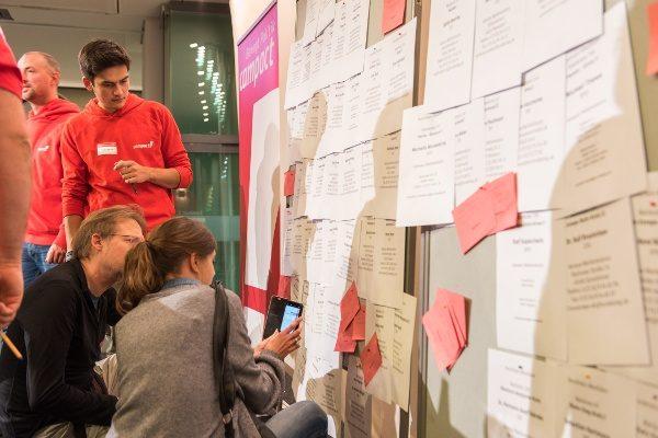 Campact Aktionskonferenz: Aktive schauen sich Zettel auf Pinnwand an