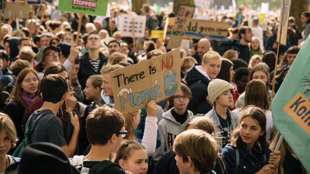 """Schülerinnen und Schüler streiken für das Klima und halten ein Schild hoch mit der Aufschrift """"There is no Planet B"""""""