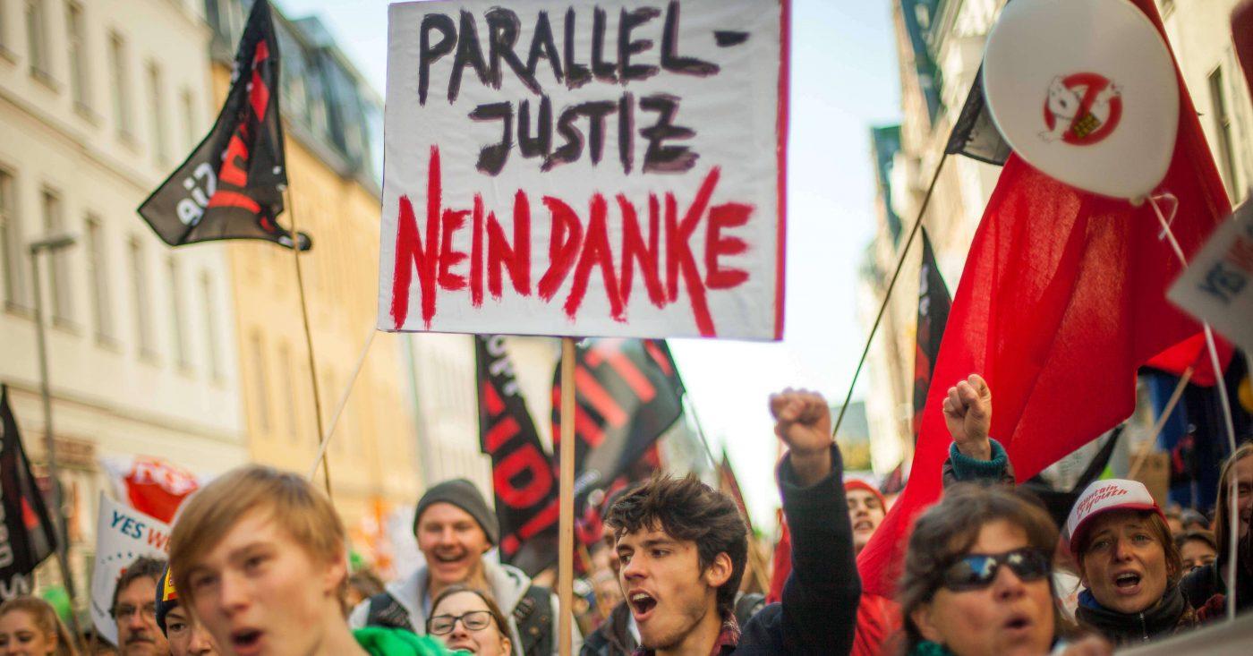 Campact-Aktive demonstrieren für den Stop von Konzernklagen