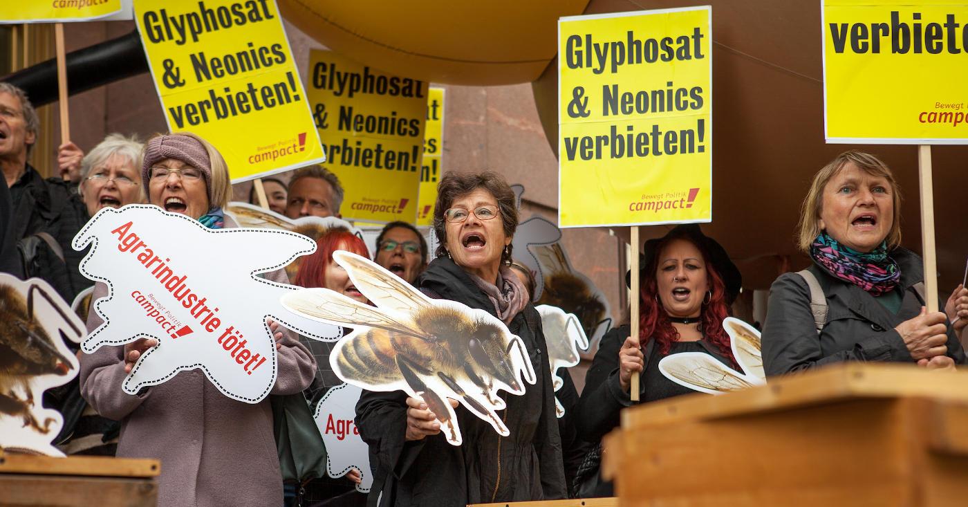 Campact-Aktive fordern ein Verbot von Glyhosat und Neonikotinoiden