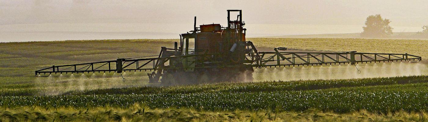Auf ein Feld werden Pestizide gespritzt