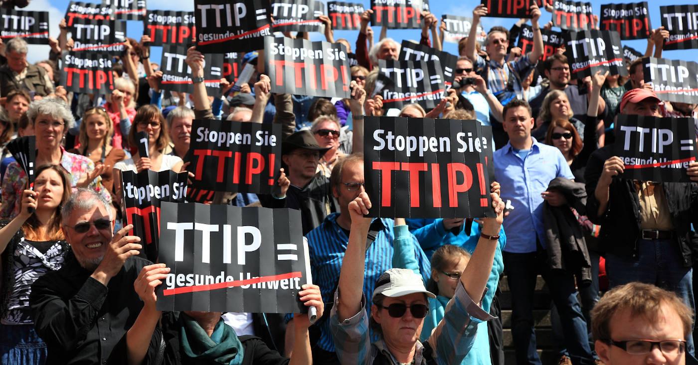 Menschen demonstrieren gegen das Handelsabkommen TTIP