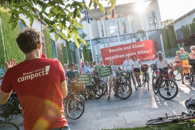 Protest gegen die Abwrackprämie vor dem Bundeskanzleramt