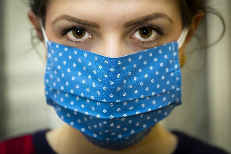 Frau mit Mund-Nasen-Schutz während der Corona-Pandemie