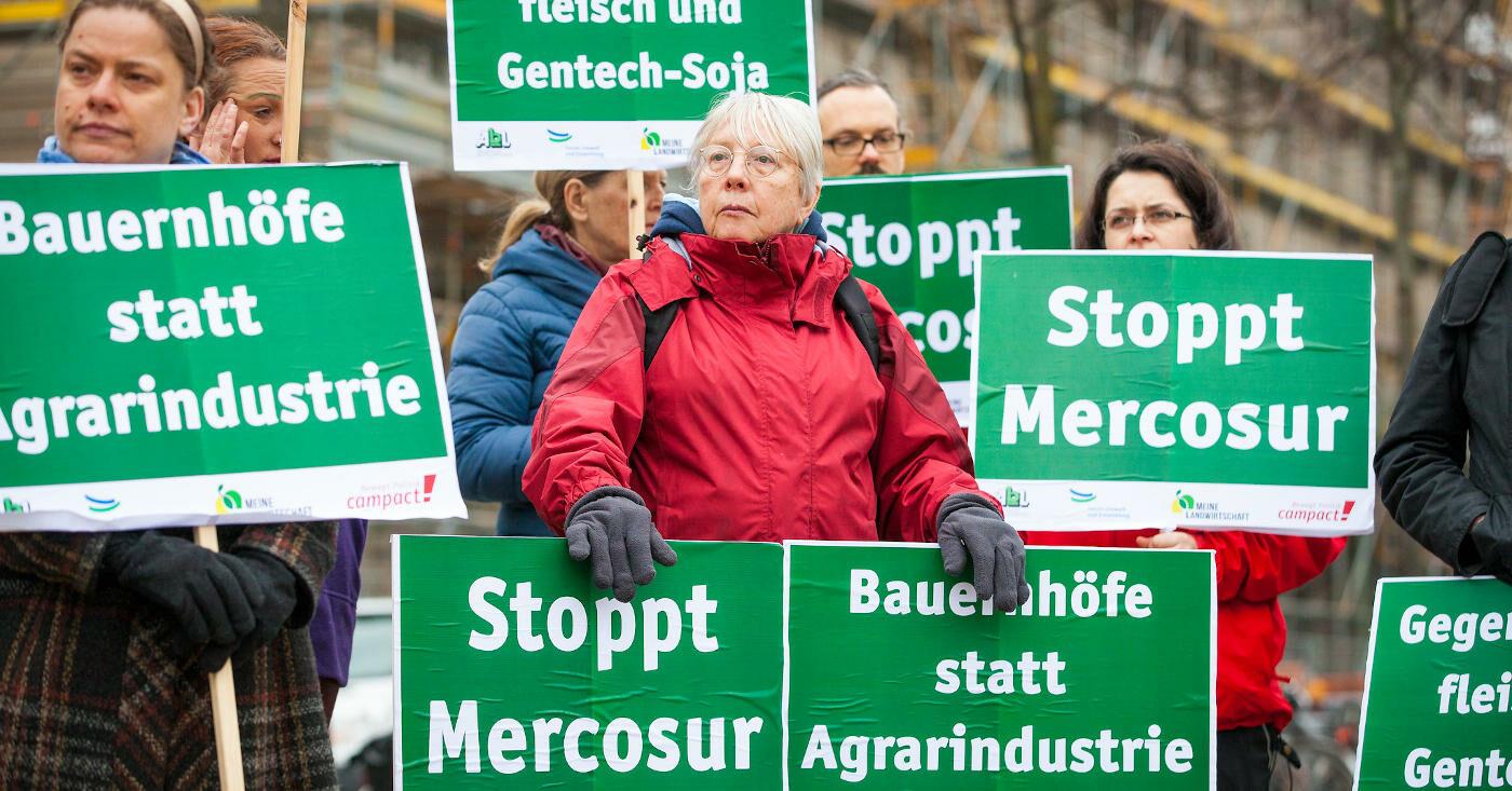 Campact-Unterstützer*innen protestieren gegen das Mercosur-Abkommen
