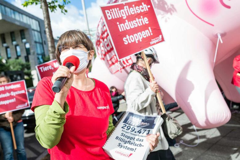 Anlässlich des Corona-Skandals im Schlachthof Tönnies demonstrieren Campact-Unterstützer*innen gegen die Billigfleisch-Industrie