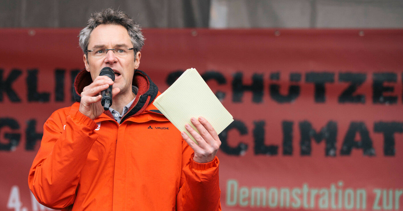 Campact-Vorstand Christoph Bautz auf einer Bühne bei einer Anti-Kohle-Demo.