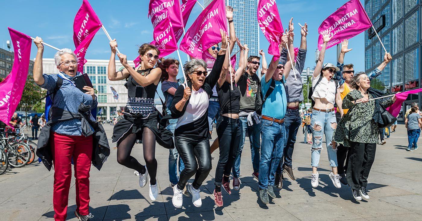 Campact-Aktive jubeln bei einer Europa-Demo in Berlin.