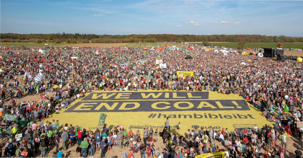 Hambi bleibt! Campact-Aktive demonstrieren für den Erhalt des Hambacher Waldes.