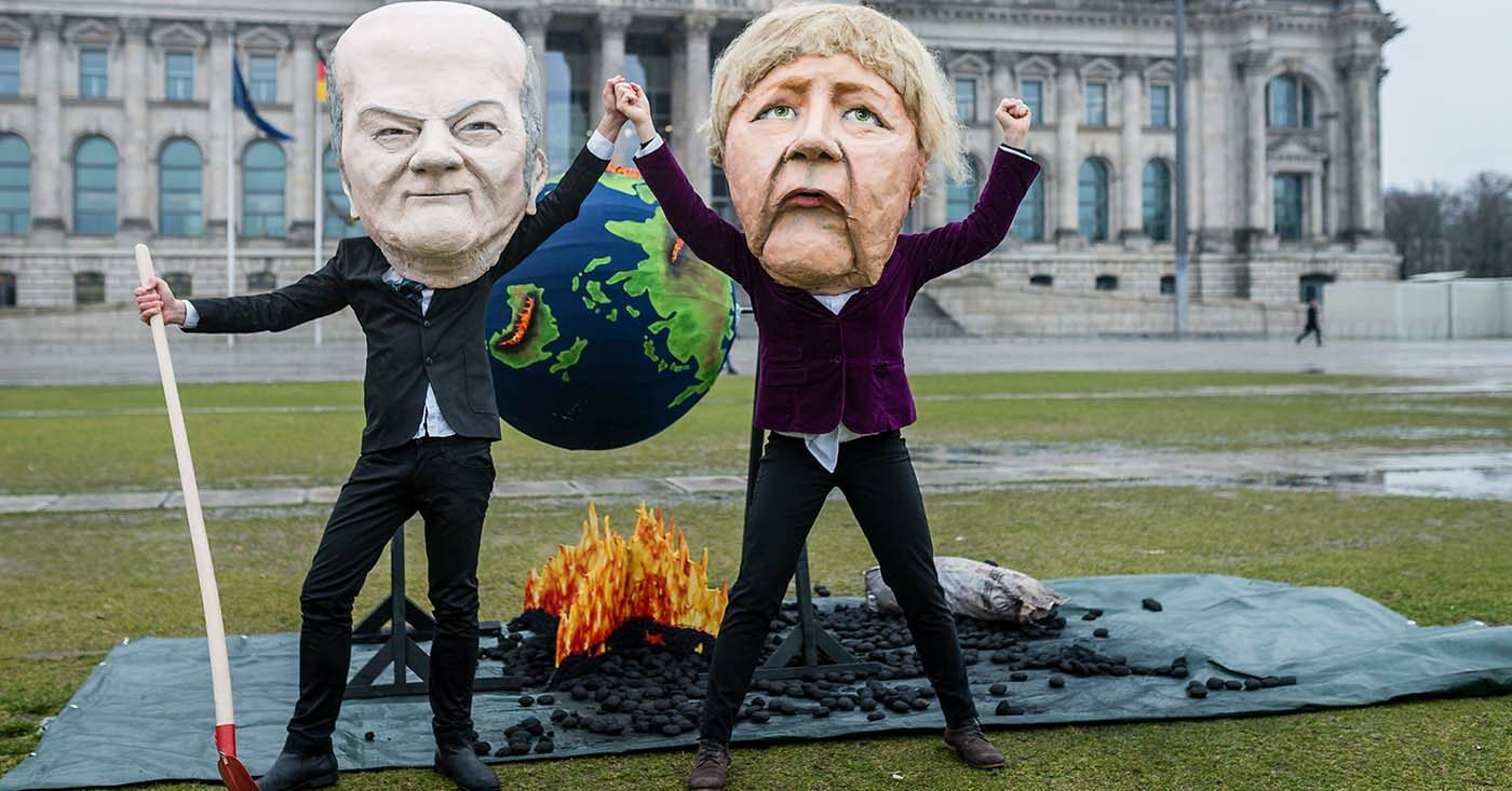 Campact-Aktion mit Riesenköpfen vor dem Bundestag