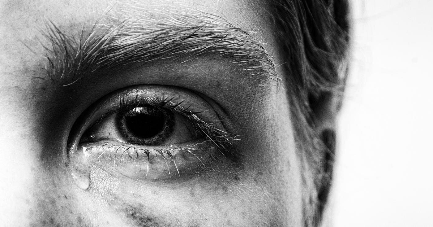 Das Auge einer Frau in schwarz-weiß - mit einer Träne im Augenwinkel