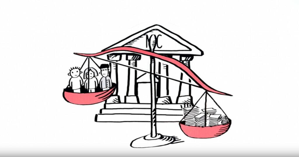 Screenshot Youtube: Eine Waage ist vor einem Justizgebäude mit der Aufschrift MIC aufgestellt. Links in der Waage befinden sich Menschen, rechts in der Waage ein Haufen Geld. Die Waage ist nicht im Gleichgewicht und neigt sich auf die Seite mit dem Geld.