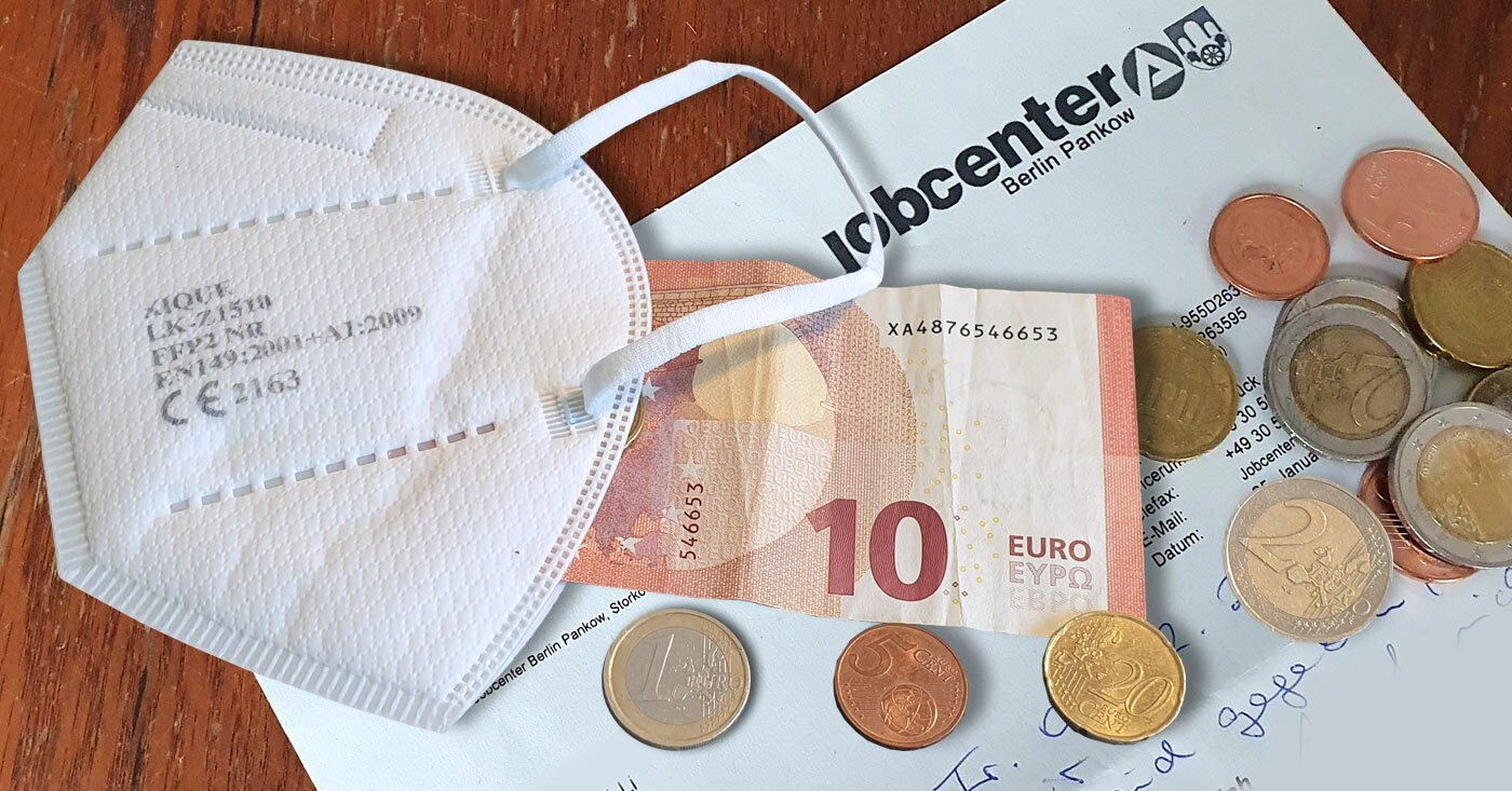 ffp2-Maske, Münzgeld, ein Zehn-Euro-Schein und ein Brief vom Jobcenter Berlin Pankow liegen ungeordnet übereinander - Corona-Nothilfe für arme Menschen - Campact startet Appell!
