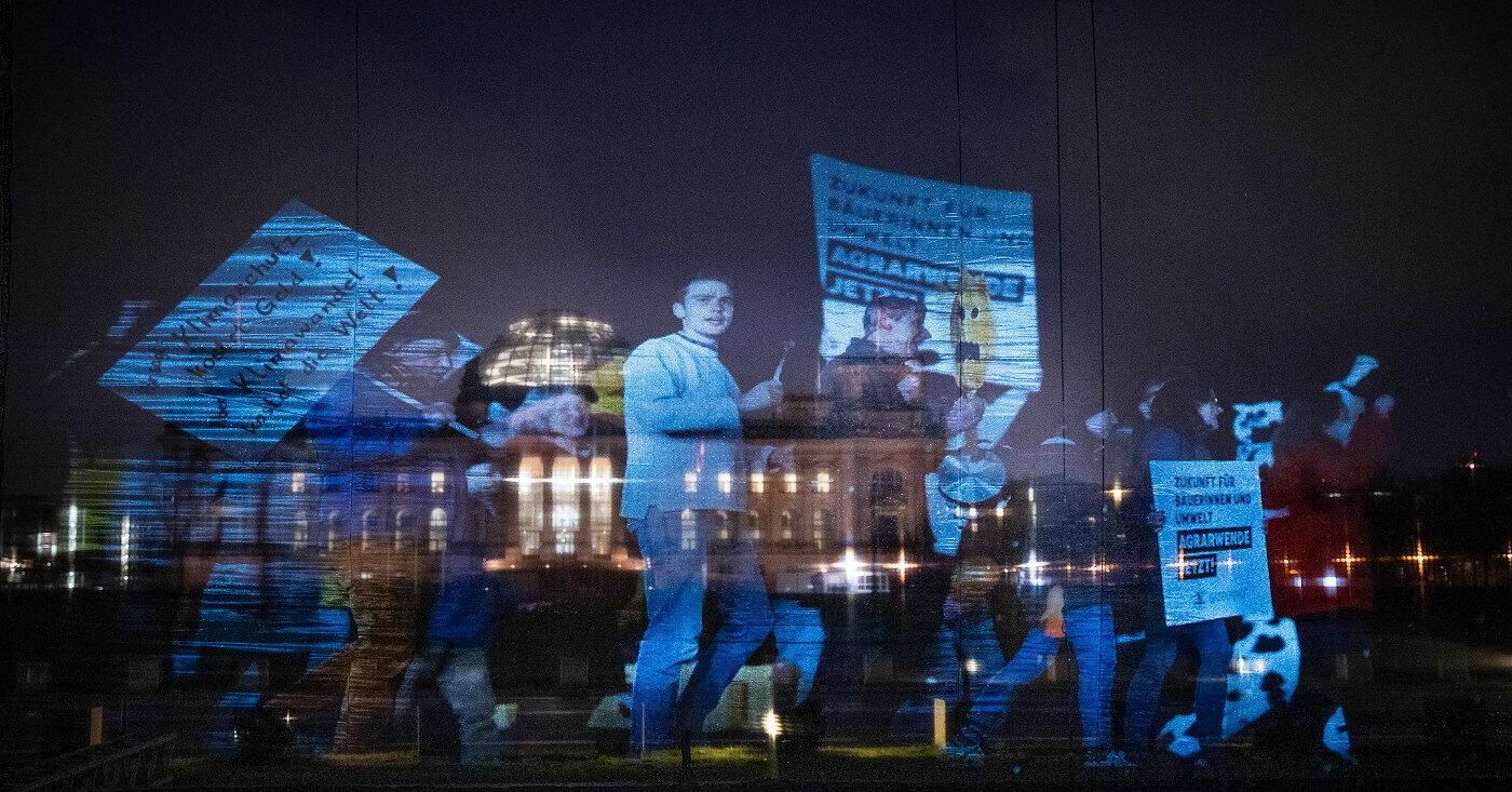 Bei einer Hologramm-Demo sind virtuelle Demonstrant*innen durchs Berliner Regierungsviertel gelaufen.