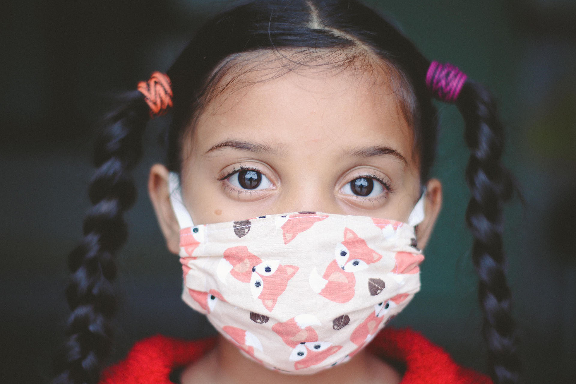 Junges Mädchen trägt einen Mund-Nasen-Schutz