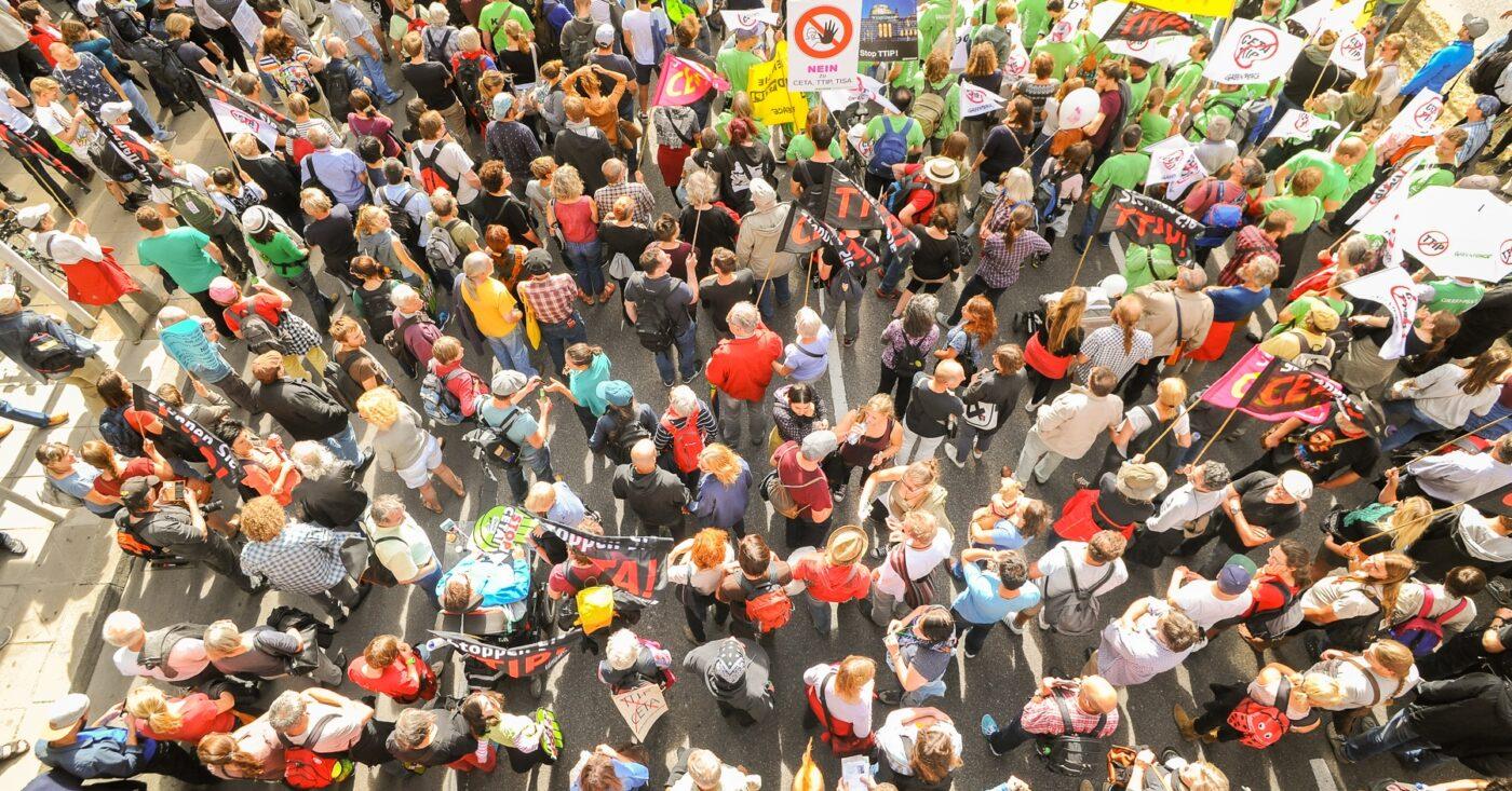 Ein Protest wird aus der Vogelperspektive gezeigt
