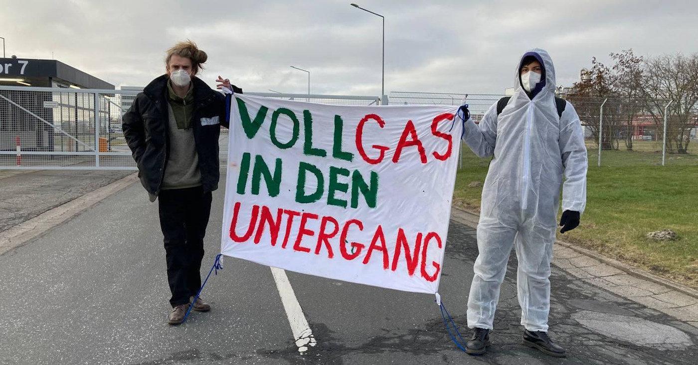 Aktivisten von Ende Gelände demonstrieren im März 2021 mit einem Banner vor dem Gas-Terminal in Brunsbüttel.
