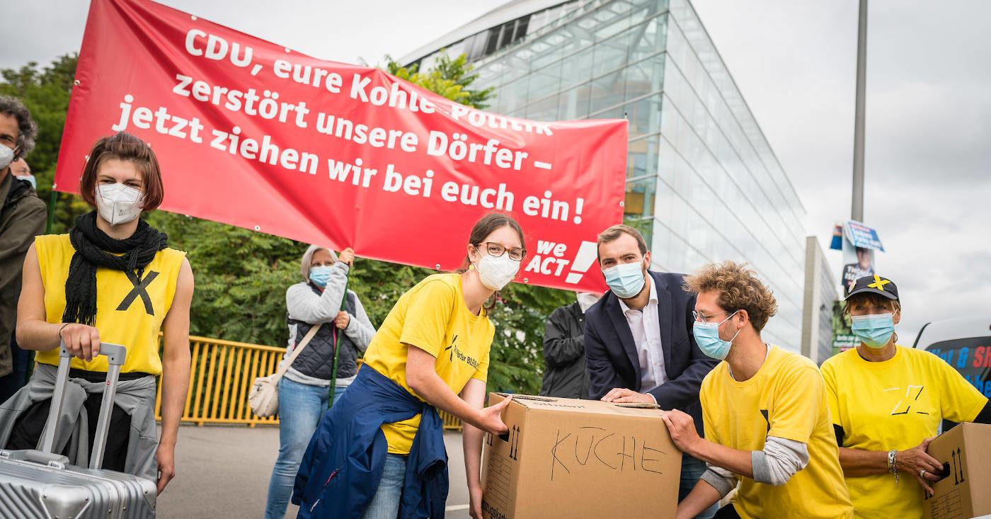 Alle Dörfer bleiben: Vor dem Konrad-Adenauer-Haus kämpft das Bündnis gegen den Abriss des Dorfes Lützerath. Es soll dem Kohletagebau zum Opfer fallen.